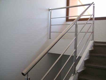Barandilla en acero inoxidable de estilo minimalista y - Barandillas escaleras modernas ...