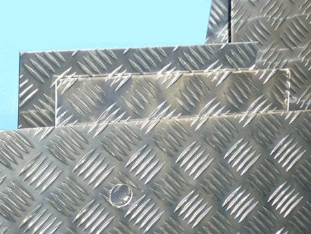 Chapas de aluminio damero con palillos para rampas suelos - Cerramientos de aluminio precio por metro cuadrado ...