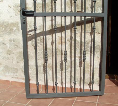 Forja para balcones ventanas y puertas for Puertas decorativas para casa