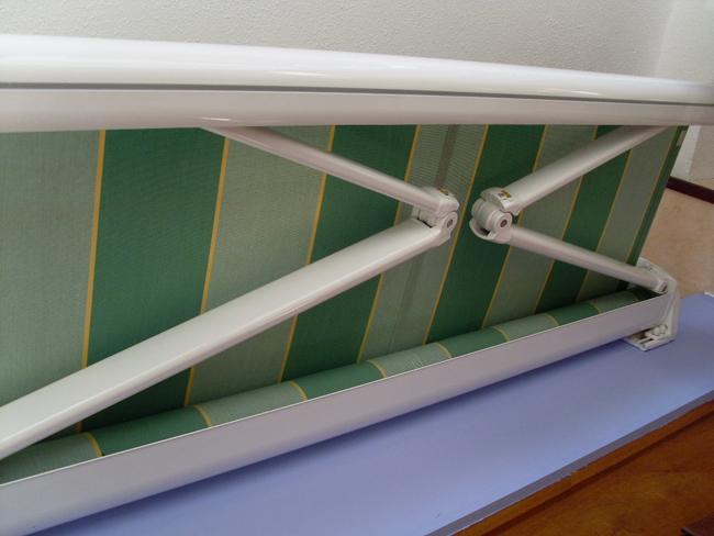 Toldo reforzado para terrazas balcones o porches exteriores for Como colocar un toldo de brazos invisibles