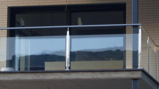 Barandilla de acero y vidrio ideal tanto para interior for Barandilla escalera exterior
