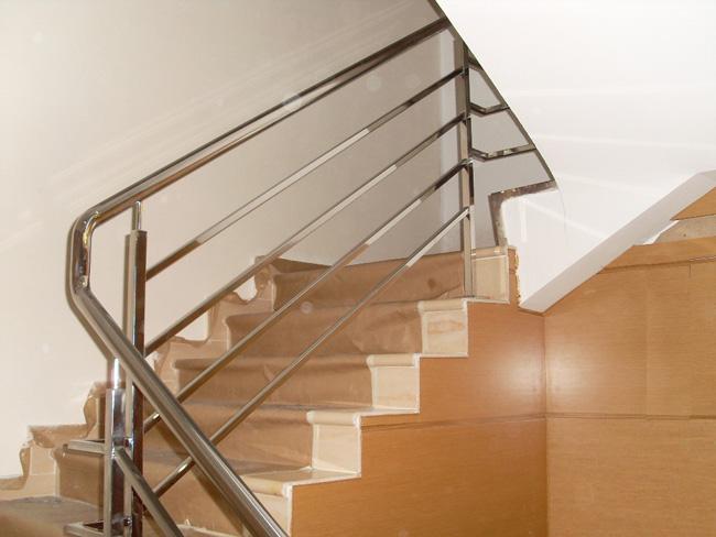 Barandilla en acero inoxidable de estilo minimalista y for Barandilla escalera exterior
