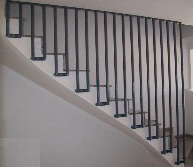 Barrotes verticales de hierro para colocar en escaleras for Escaleras verticales