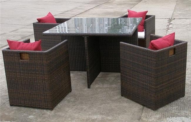 Conjunto de mesa con sillones escondidos para ahorrar espacio for Mesa y sillones para jardin