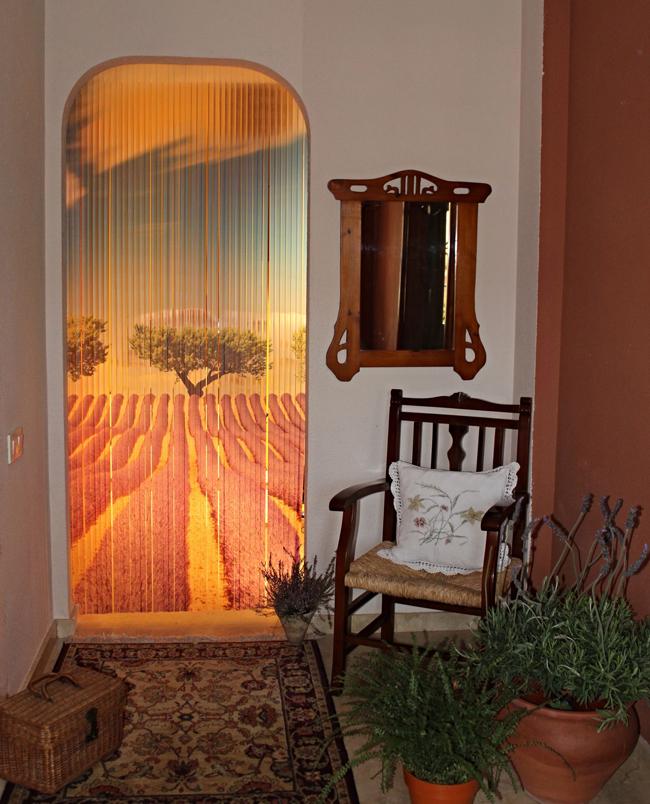 Cortina de exterior ideal para viviendas o zonas rurales for Cortinas decorativas para puertas