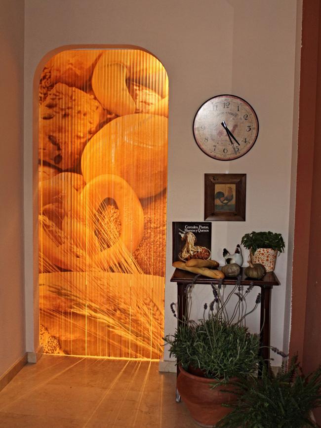 Cortina decorativa y original para colocar en puertas de for Puertas con vidrieras decorativas