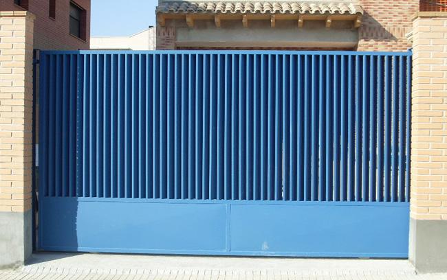 Puerta de hierro corredera para entradas de viviendas for Puertas para exterior de hierro