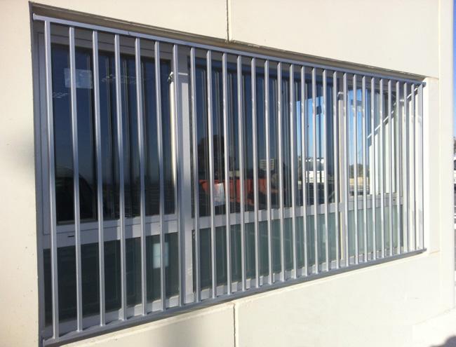 Rejas de hierro para colocar en ventanas de naves for Rejas de hierro precios